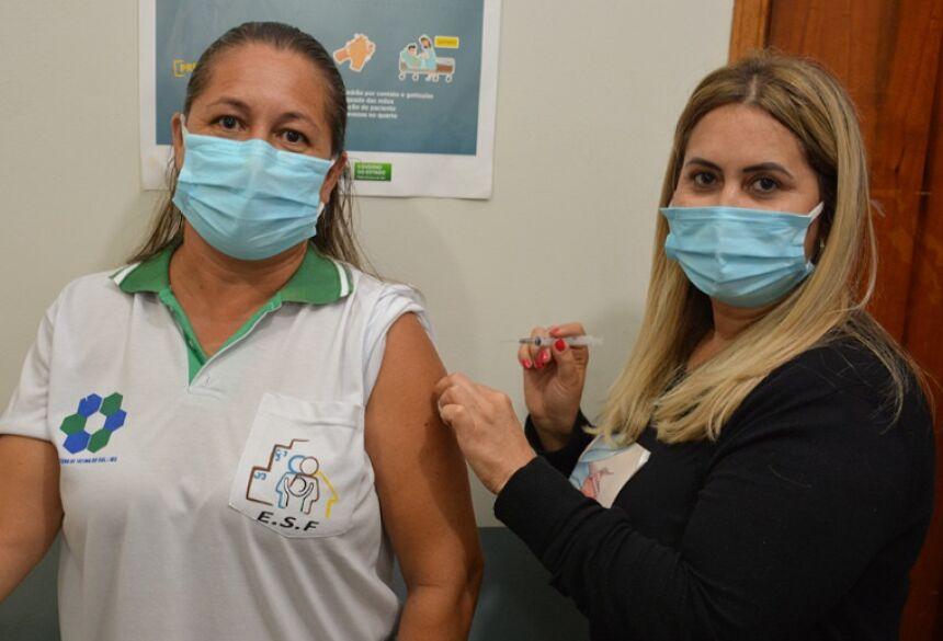 Edelvani de Lima, 45 anos, pecepcionista do Posto do Covid, foi a primeira a receber vacina em Fátima do Sul FOTO: WASHINGTON LIMA / FÁTIMA EM DIA