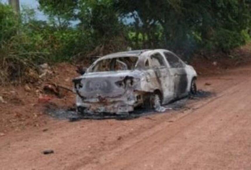 Carro foi incendiado e abandonado pelos assassinos.