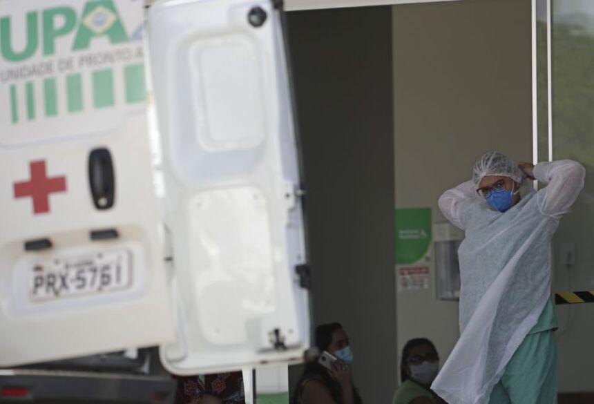 Profissional de Saúde se prepara para receber paciente no hospital de campanha de Luziânia, na divisa entre Distrito Federal e Goiás (AP Photo/Eraldo Peres)