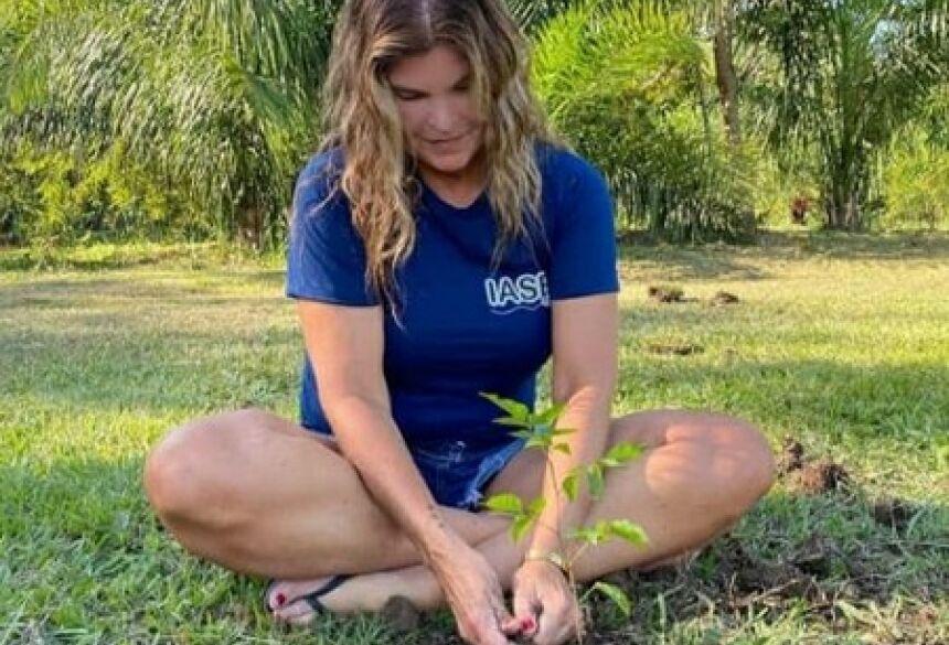 Cristiana Oliveira planta sua primeira árvore em balneário de Bonito  Foto: Redes sociais