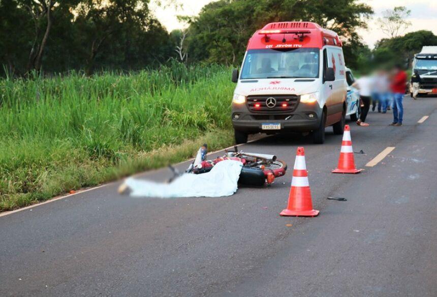 Motociclista morreu no local do acidente (Foto: Ivinotícias)