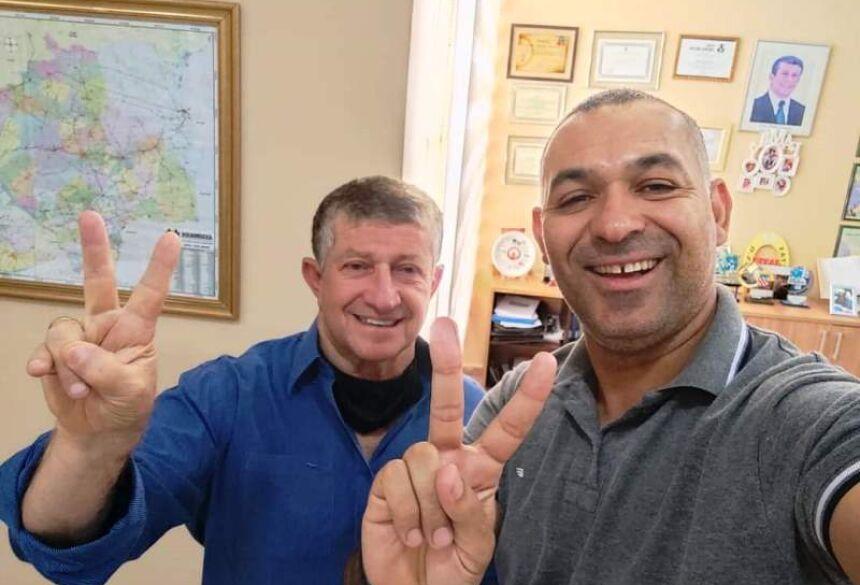 André Medeiros (d) com o prefeito Eraldo (e): Reconhecimento ao trabalho da Saúde em Jateí