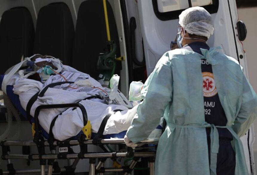 Paciente com suspeita de covid-19 é internado no Hospital HRAN, em Brasília, em 3 de março de 2021 (Foto: AP Photo/Eraldo Peres)