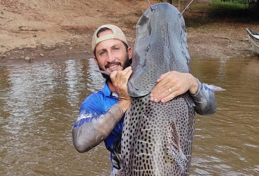 Agricultor captura peixe de 1,75m e mais de 60 Kg no rio Dourado, em MS.  Foto: Rony Dronov/Arquivo pessoal