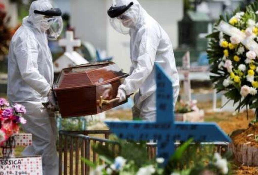 Caixão com vítima de covid-19 sendo enterrado - Crédito: Reuters/BBC