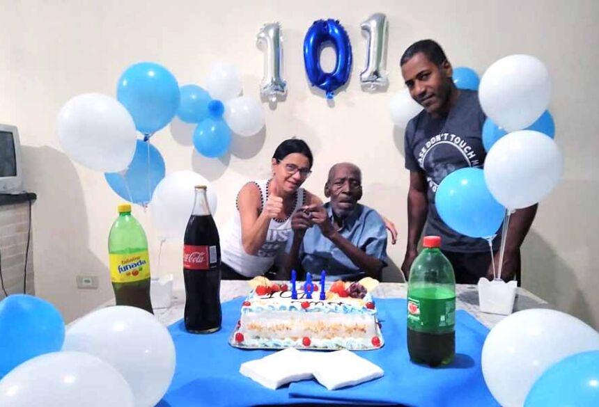 Familia do Edvaldo Lopes comemorando os 101 anos do Sr. Joaquim