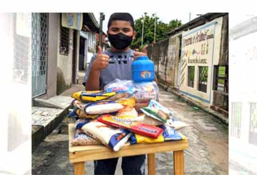 Ele se inspirou na própria mãe, Mariana, que encabeçava uma iniciativa para ajudar as pessoas vulneráveis do bairro onde a família mora.