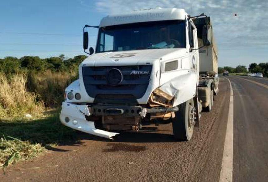 Carreta ficou com a frente destruída - Crédito: Willian Leite