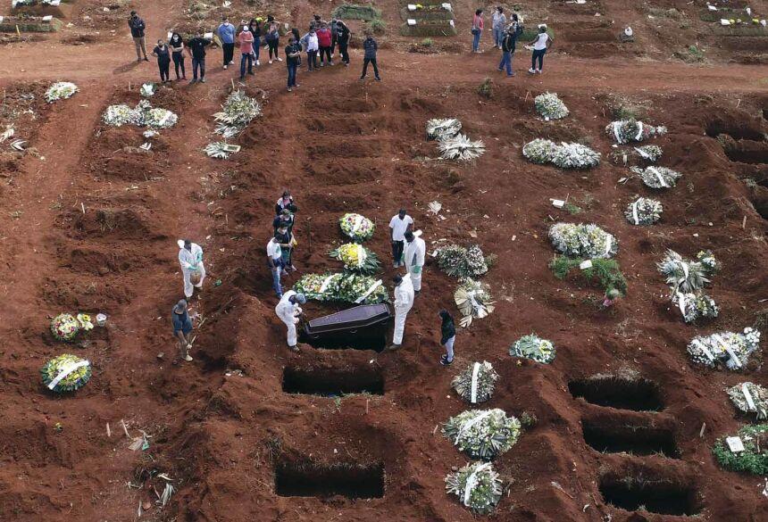 Brasil pode ter 575 mil mortes no começo de agosto (AP Photo/Andre Penner)