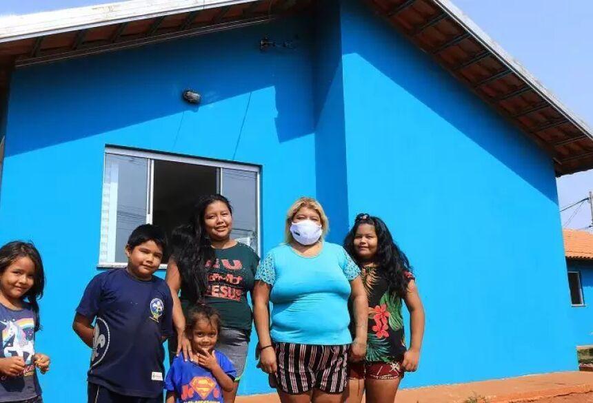Família indígena pega a chave de casa entregue, no ano passado, na Aldeia Água Bonita (Foto: Divulgação/Governo do Estado)