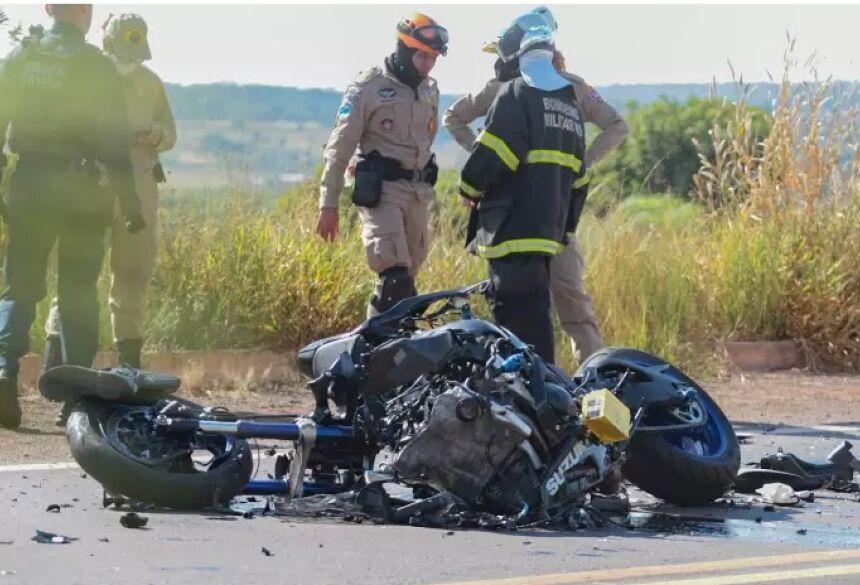 Bota que o policial usava ficou no pneu da frente da moto (Foto: Marcos Maluf) - CREDITO: CAMPO GRANDE NEWS