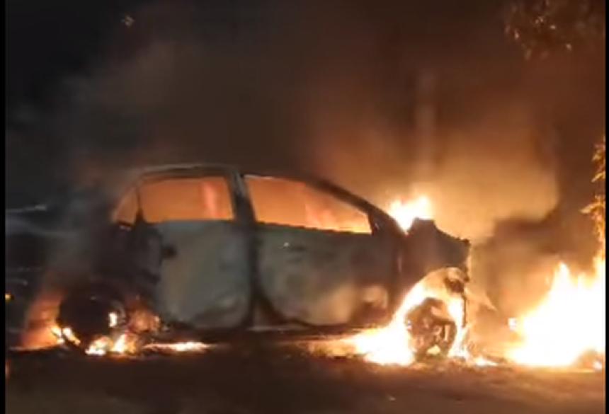 Carro foi incendiado em Rio Brilhante - Foto: reprodução/redes sociais