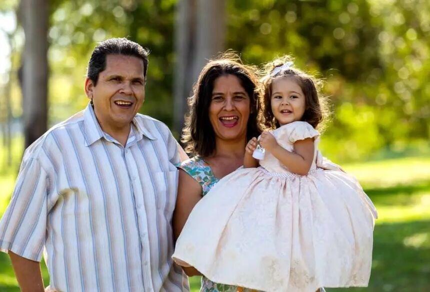 Mariah, de 4 anos, no colo dos avós paternos. (Foto: Arquivo Pessoal) - CREDITO: CAMPO GRANDE NEWS