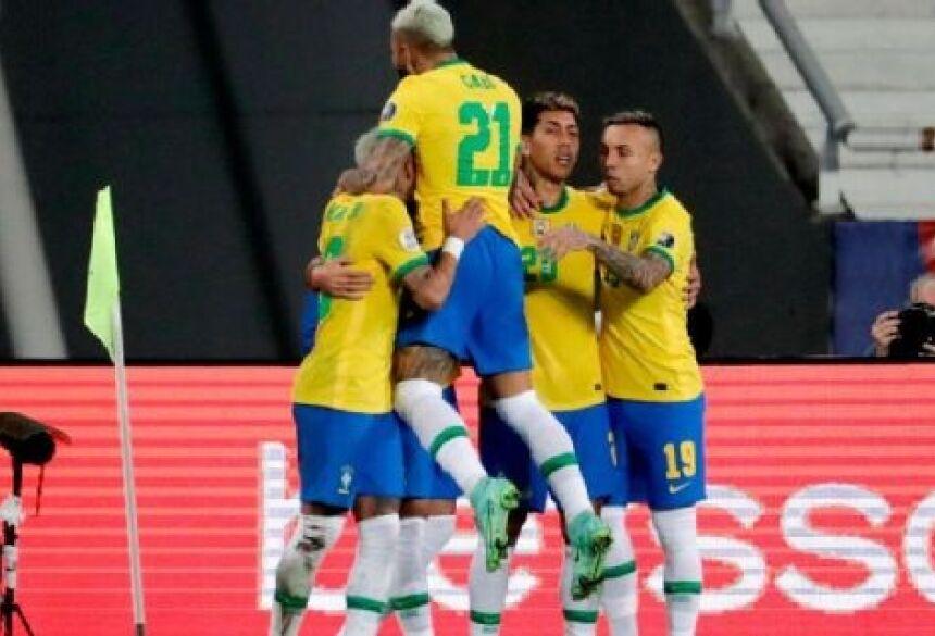Jogadores do Brasil comemoram gol sobre a Colômbia EFE
