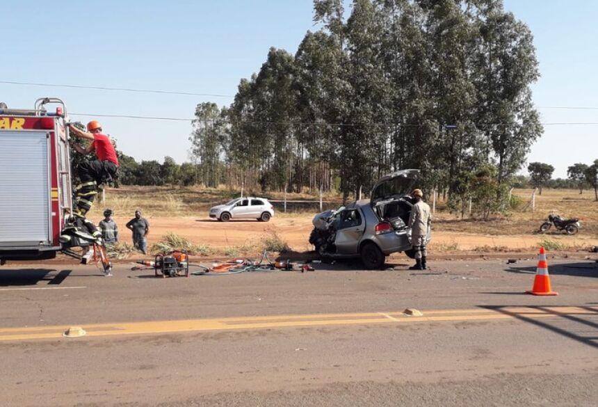 Carro da vítima ficou com a frente destruída  Foto: Corpo de Bombeiros/Divulgação