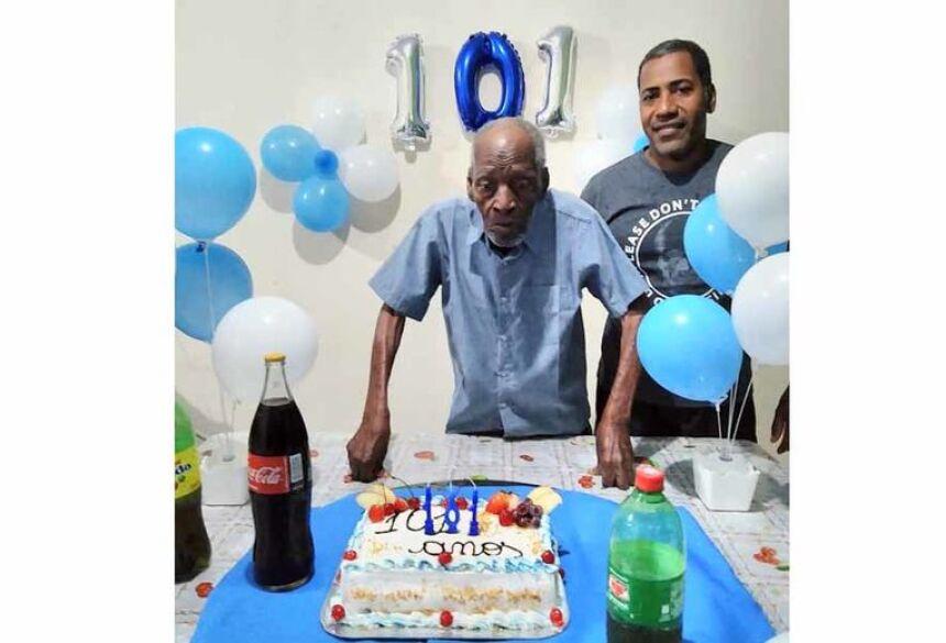 Seu Joaquim com seu filho Edvaldo, completando 101 anos