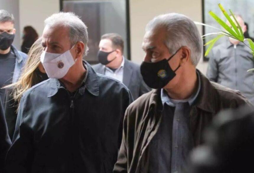 Reinaldo (de máscara preta) ao lado do ministro de Minas e Energia, na inauguração da usina William Arjona (Foto: Marcos Maluf)