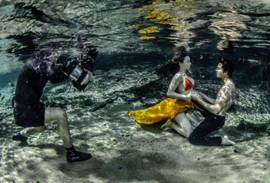Fotógrafo cria ensaio com modelos debaixo d'água e usa caverna inundada como cenário em MS - Crédito: Ruver Bandeira