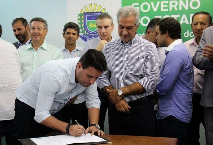 Prefeito André Nezzi em ato de assinatura de parceria com o Governo de Mato Grosso do Sul. Foto: Divulgação