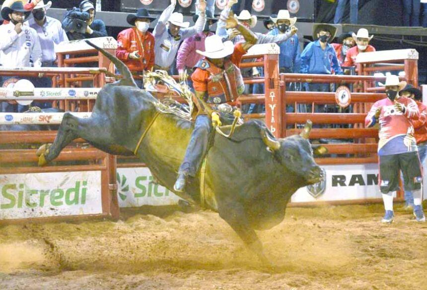 (Foto: André Monteiro | Alan de Souza para os oito segundos no touro Rascunho e conquista o título do Rodeio de Barretos)