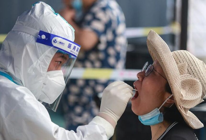 Redação Notícias seg., 2 de agosto de 2021 9:46 AM This photo taken on August 1, 2021 shows a resident receiving a nucleic acid test for the Covid-19 coronavirus in Yangzhou in China's eastern Jiangsu province, amid the country's most widespread c