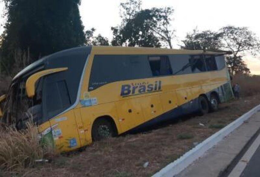 Corpo de Bombeiros desvirou ônibus, que havia caído fora da pista
