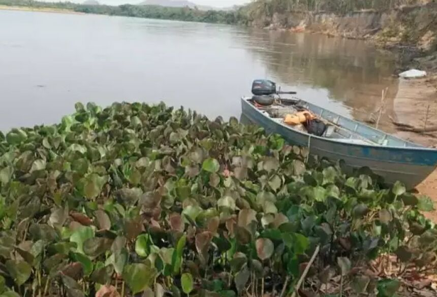 Barco onde a vítima e o filho seguiam quando aconteceu o acidente. (Foto: Sidney Assis) - CREDITO: CAMPO GRANDE NEWS