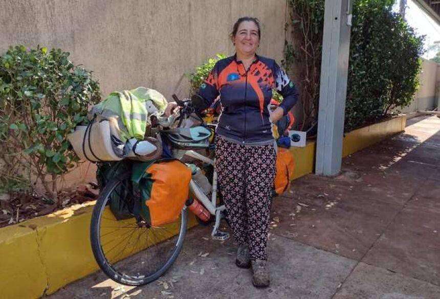 Lina e sua bicicleta, durante passagem por Dourados - Crédito: Filipe Prado