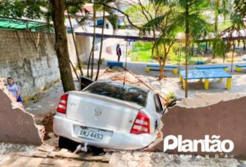 O motorista contou aos policiais que teve um mal súbito e desmaiou enquanto transitava pela rua.