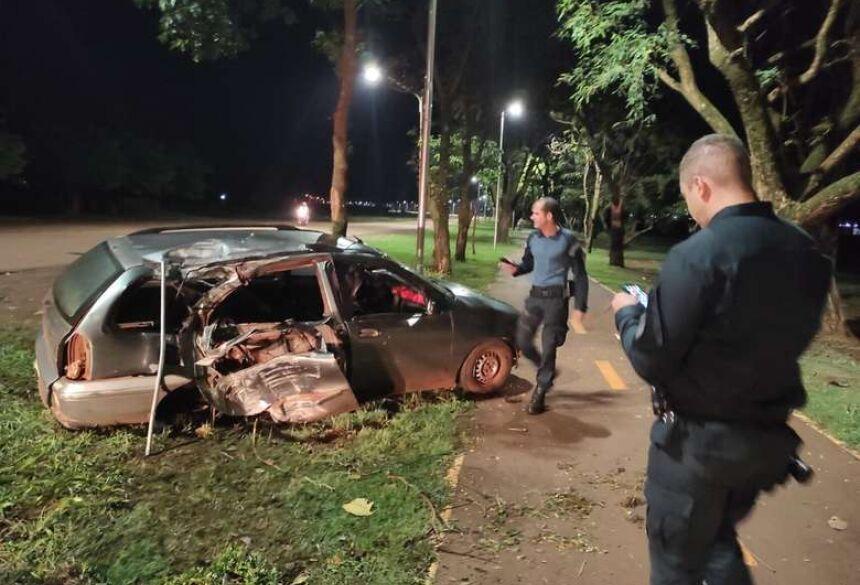 Motorista bêbado perdeu o controle do carro, família estava dentro   (Foto: Rio Brilhante em Tempo Real)