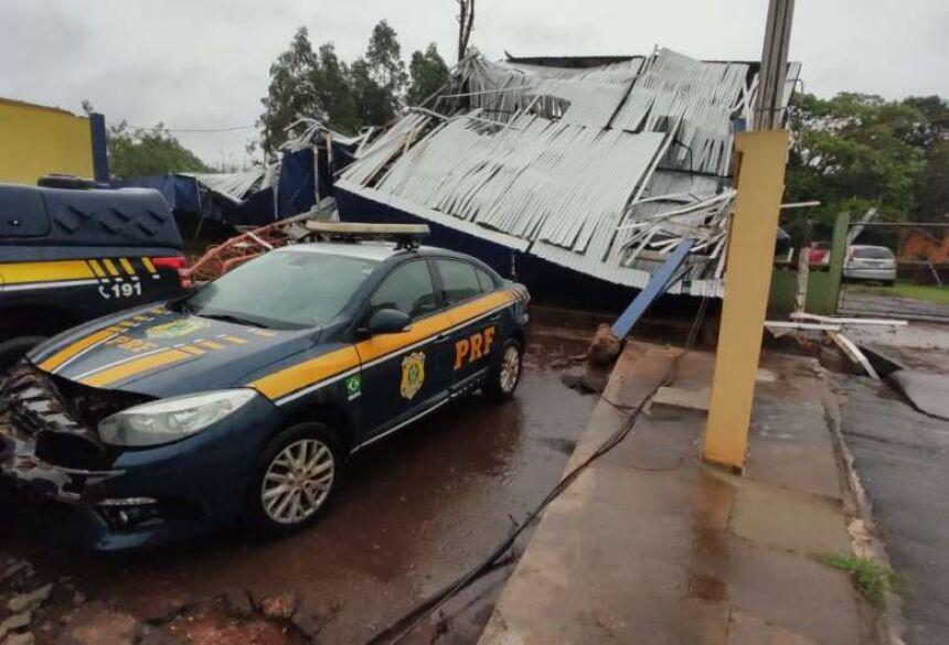 A estrutura do posto policial e pelo menos uma viatura ficou danificada - Crédito: Divulgação/PRF