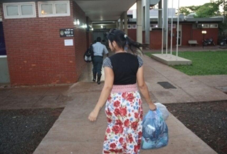 Foto: Sidnei Bronka. Legenda: Adolescente é detida com maconha na rodoviária de Dourados  A adolescente disse pra polícia que vendia droga a dois anos
