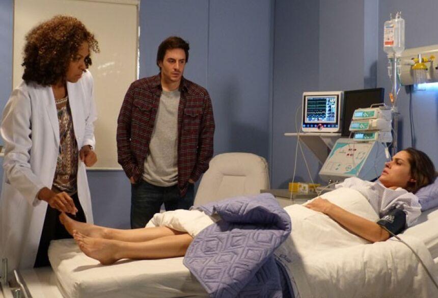 Leila não sente as pernas, mesmo depois de cirurgia (Foto: Amor à Vida/TV Globo)