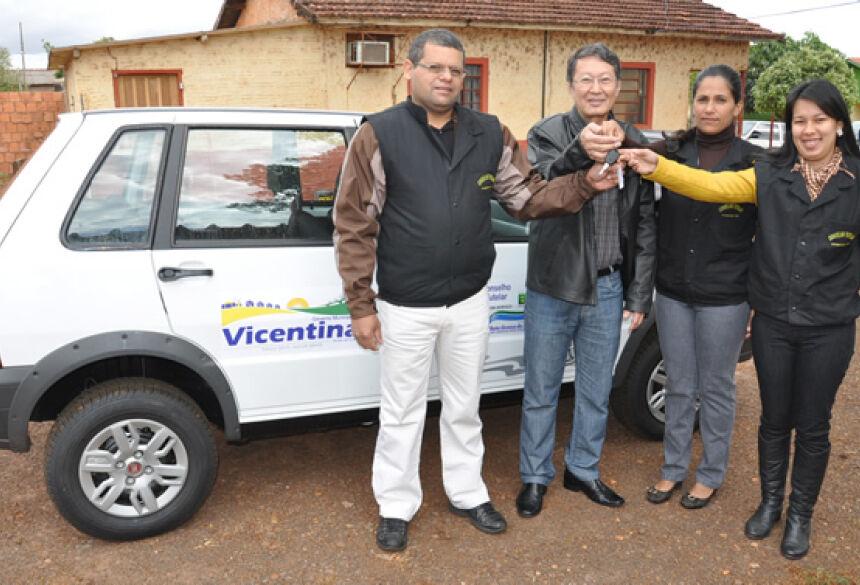 Prefeito Hélio Sato entregando a chave do veículo aos conselheiro (Foto: Rogério Sanches / Fátima News)