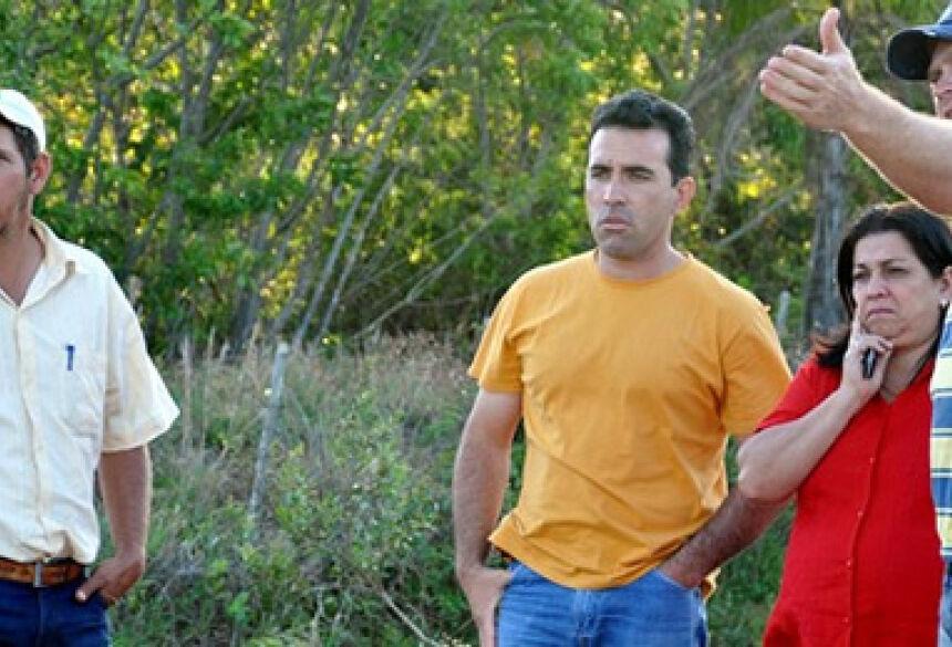 Prefeita Maria Viana com vereador José Manoel vistoriando ponte (Foto: Elinton Santos - Impacto News)