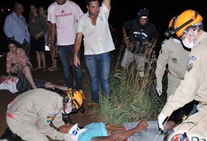 Vítimas sendo socorridas pelo Corpo de Bombeiros /Foto: Da Hora Noticias
