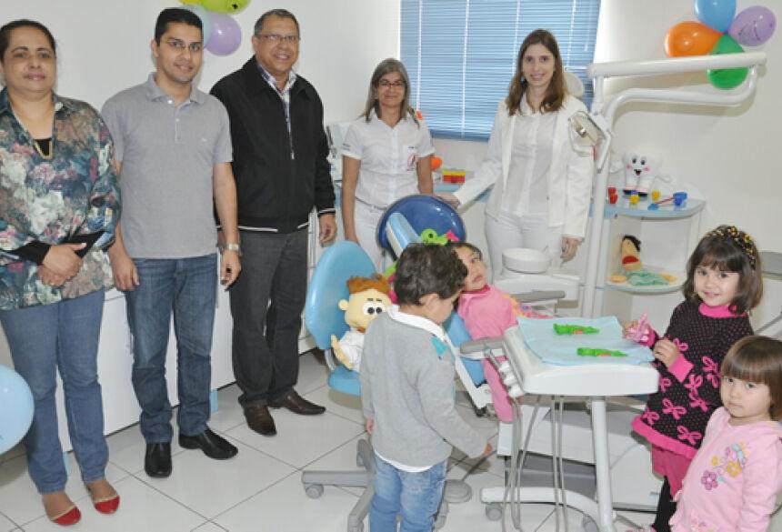 Prefeito Arilson durante entrega de consultório odontológico infantil em Jateí (Foto: José Carlos / Fátima News)