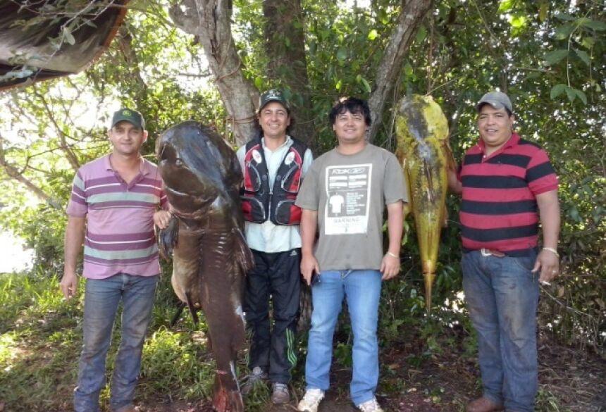 Amigos capturaram dois peixes da espécie Jaú na tarde de terça-feira em Dourados - Foto: Divulgação