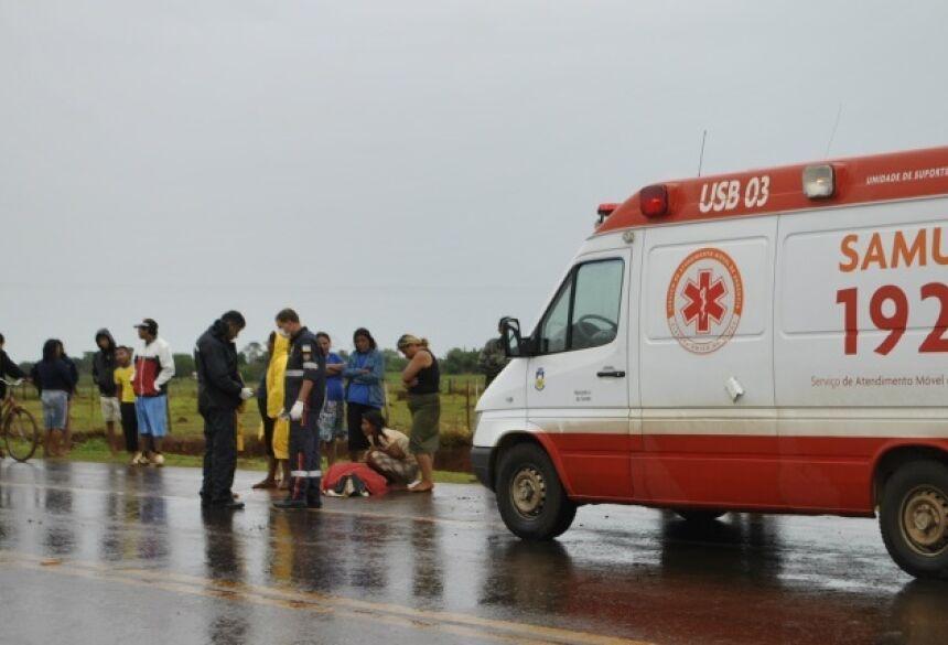 Equipe do Samu ainda tentou reanimar adolescente, mas ele não resistiu e morreu no local (Foto: Osvaldo Duarte)
