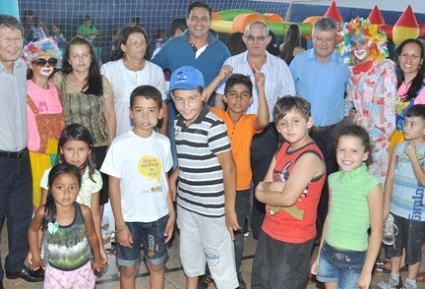 Prefeito Hélio Sato com vereadores e criançada presente na festa em Vicentina (Foto: Rogério Sanches / Fátima News)