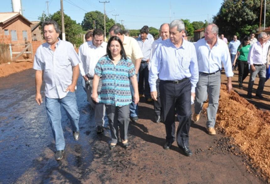 Autoridades vistoriam obras do início da pavimentação da MS-274 em distrito de Deodápolis (Foto: Rogério Sanches / Fátima News)