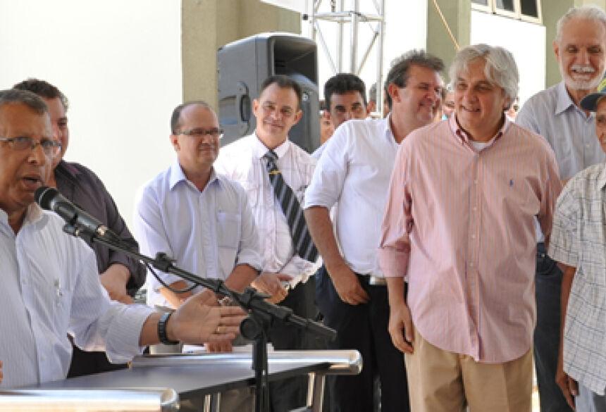 Arilson discursa e 1º Prefeito de Jateí observa com seu boné azul ao lado de Delcídio (Foto: Rogério Sanches / Fátima News)