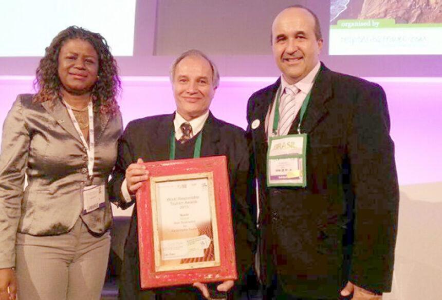 Prefeito Leleco recebe prêmio em Londres (Foto: Reprodução)