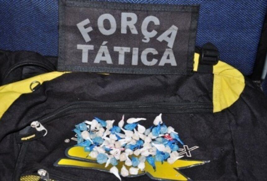 Foto da mochila e dos 78 papelotes apreendidos/Foto: Da Hora Noticias