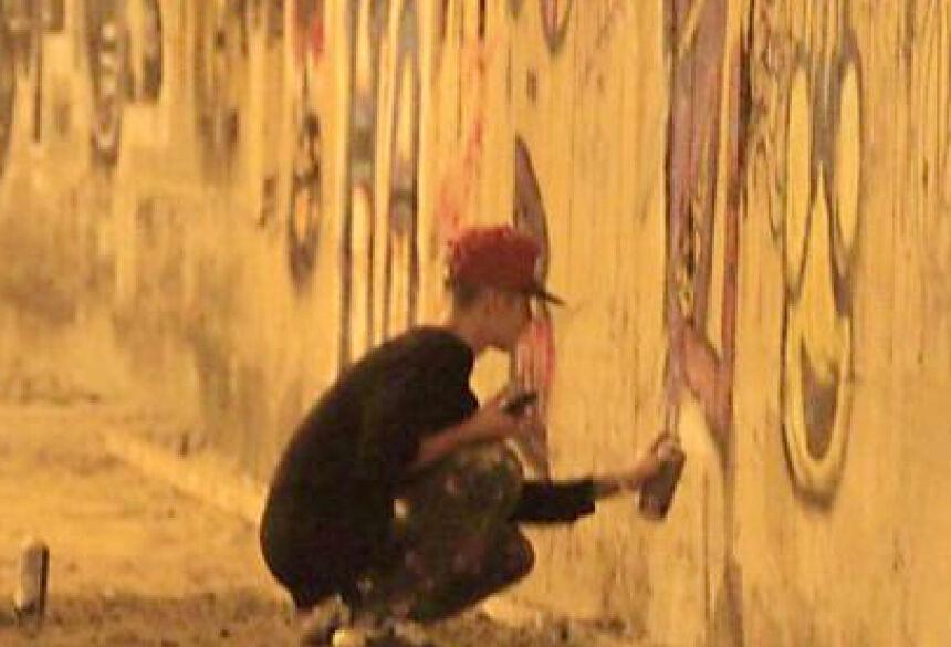 Justin Bieber grafita muros das ruas de São Conrado (Foto: AgNews)