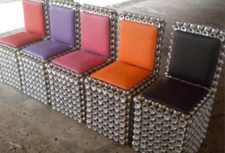 As cadeiras, feitas com 1.600 tampas de latas