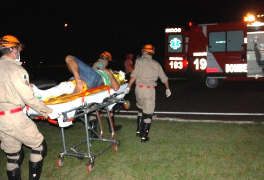 Vítima sendo atendida por uma equipe do Corpo de Bombeiros de Fátima do Sul - Foto: AgoraNews