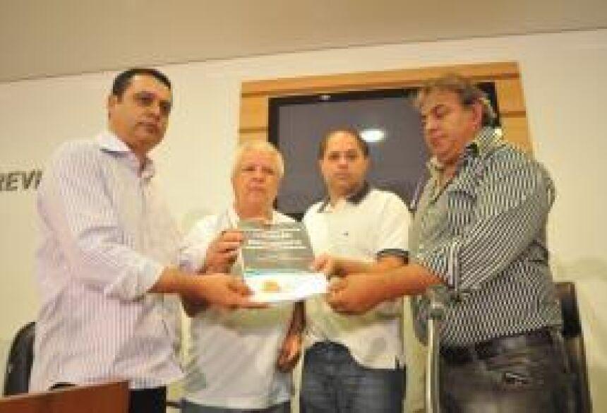 Foto: Gerson Oliveira / Correio do Estado - Integrantes da Comissão <br>entregam relatório