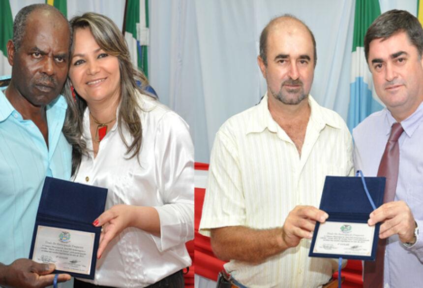Vereadora Rose Mônica e Vereador Tiquinho entregam Títulos durante sessão (Fotos: Rogério Sanches / Fátima News)