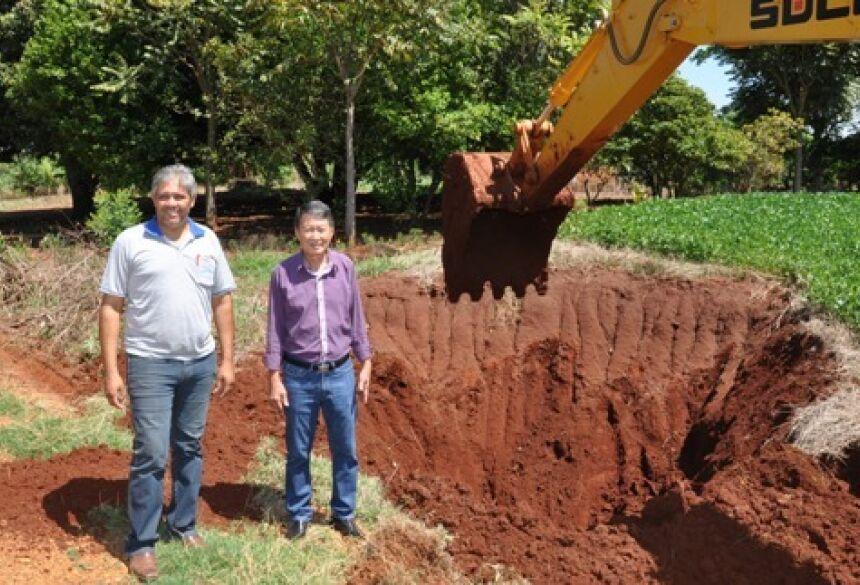Prefeito Hélio Sato com Secretário Elenildo vistoriando trabalho das novas caixas (Foto: Rogério Sanches / Fátima News)